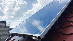 Στέγη σπιτιών με τα ηλιακά πλαίσια στην κορυφή Στοκ φωτογραφία με δικαίωμα ελεύθερης χρήσης