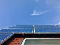 Στέγη σπιτιών με τα ηλιακά πλαίσια στην κορυφή Στοκ Εικόνες