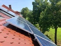 Στέγη σπιτιών με τα ηλιακά πλαίσια στην κορυφή Στοκ Φωτογραφία