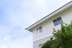 Στέγη σπιτιών με τα μεγάλα παράθυρα στο υπόβαθρο μπλε ουρανού στοκ φωτογραφία με δικαίωμα ελεύθερης χρήσης