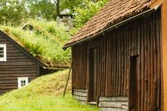 Στέγη σπιτιών που καλύπτεται με το βρύο Στοκ Φωτογραφίες