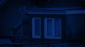 Στέγη σπιτιών στη βροχή τη νύχτα απόθεμα βίντεο