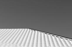 Στέγη σπιτιών στο χιόνι σε γραπτό Στοκ Φωτογραφία