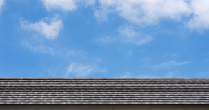 Στέγη στα σύννεφα ουρανού Στοκ Φωτογραφίες