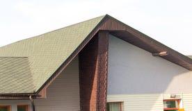 Στέγη του σπιτιού με τα πράσινα κεραμίδια Στοκ φωτογραφία με δικαίωμα ελεύθερης χρήσης