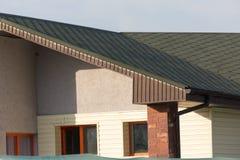 Στέγη του σπιτιού με τα πράσινα κεραμίδια Στοκ Εικόνες