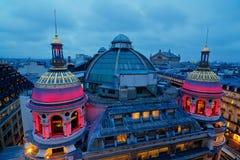 Στέγη του Galerie Printemps στο Παρίσι τη νύχτα Στοκ Εικόνες