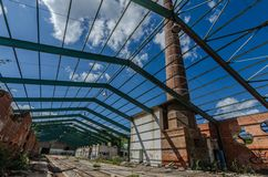 στέγη φιαγμένη από χάλυβα σε ένα εργοστάσιο στοκ εικόνα με δικαίωμα ελεύθερης χρήσης