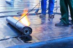 Στέγη Crout ατόμων με την καυτή πίσσα Στοκ εικόνες με δικαίωμα ελεύθερης χρήσης