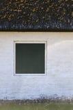 Στέγη Thatched και πράσινα παραθυρόφυλλα Στοκ φωτογραφία με δικαίωμα ελεύθερης χρήσης