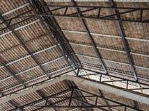 Στέγη Thatched με το μέταλλο και το ξύλινο πλαίσιο στοκ εικόνες