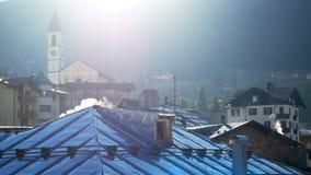 Στέγη Trentino Ιταλία καπνού Andalo πύργων κουδουνιών απόθεμα βίντεο