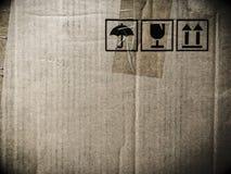 Στέλνοντας κουτί από χαρτόνι Grunge με τις ετικέτες Στοκ Φωτογραφία