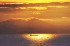 Στέλνοντας σκάφος στο ηλιοβασίλεμα Στοκ φωτογραφία με δικαίωμα ελεύθερης χρήσης