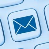 Στέλνοντας την επιστολή Διαδίκτυο ηλεκτρονικού ταχυδρομείου ηλεκτρονικού ταχυδρομείου σε απευθείας σύνδεση μπλε Ιστός Στοκ εικόνες με δικαίωμα ελεύθερης χρήσης