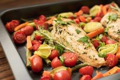 Στήθη κοτόπουλου με το σκόρδο και το δεντρολίβανο στοκ φωτογραφία