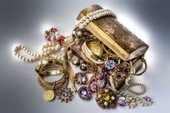 Στήθος θησαυρών με τα κοσμήματα απεικόνιση αποθεμάτων