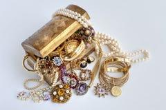 Στήθος θησαυρών με τα κοσμήματα Στοκ εικόνες με δικαίωμα ελεύθερης χρήσης