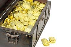Στήθος θησαυρών που γεμίζουν με τα χρυσά νομίσματα στοκ εικόνες με δικαίωμα ελεύθερης χρήσης
