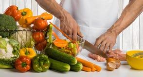Στήθος και σαλάτα κοτόπουλου κρέατος κοτόπουλου περικοπών μαγείρων χεριών ατόμων στο ki στοκ φωτογραφίες με δικαίωμα ελεύθερης χρήσης