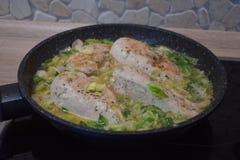 Στήθος κοτόπουλου με τα μανιτάρια και τη σαλάτα στοκ εικόνες με δικαίωμα ελεύθερης χρήσης