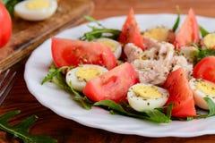 Στήθος κοτόπουλου, ντομάτες, αυγά ορτυκιών και σαλάτα arugula Υγιής και νόστιμη σαλάτα για το μεσημεριανό γεύμα ή το γεύμα Στοκ φωτογραφία με δικαίωμα ελεύθερης χρήσης