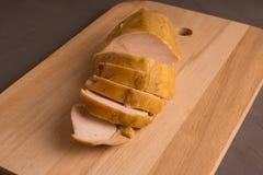 Στήθος κοτόπουλου, που τεμαχίζεται, που καπνίζεται στοκ εικόνες
