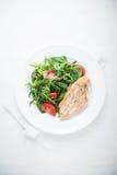 Στήθος κοτόπουλου και φρέσκια σαλάτα με την ντομάτα και τα πράσινα Στοκ φωτογραφίες με δικαίωμα ελεύθερης χρήσης