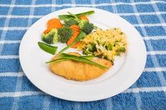 Στήθος κοτόπουλου με τα λαχανικά ρυζιού και τα πράσινα πιπέρια Στοκ εικόνες με δικαίωμα ελεύθερης χρήσης
