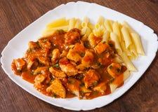 Στήθος κοτόπουλου στη σάλτσα ντοματών με τα ζυμαρικά penne Στοκ Εικόνες