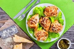 Στήθος κοτόπουλου στο άσπρο πιάτο με το φρέσκο μαρούλι Στοκ Εικόνες