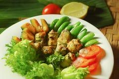 Στήθος κοτόπουλου ψητού - κολοκύθια ρόλος-UPS με τη σαλάτα λαχανικών Στοκ Εικόνες