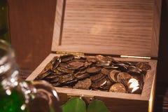 Στήθος με την παλαιά συλλογή νομισμάτων Στοκ Φωτογραφία