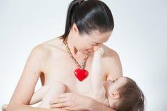 Στήθος μητέρων - που ταΐζει Στοκ Φωτογραφίες