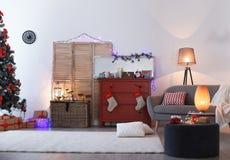 Στήθος των συρταριών με τις κόκκινες γυναικείες κάλτσες Χριστουγέννων Στοκ φωτογραφία με δικαίωμα ελεύθερης χρήσης