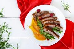 Στήθος Magret χήνων στη σάλτσα μούρων με το καραμελοποιημένο αχλάδι, arugula σε ένα άσπρο πιάτο Στοκ Εικόνα
