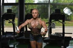 Στήθος Workout με τα καλώδια στοκ εικόνα