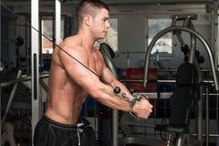 Στήθος Workout με τα καλώδια στοκ φωτογραφίες