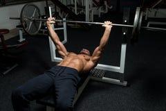 Στήθος workout στον Τύπο πάγκων στοκ εικόνα με δικαίωμα ελεύθερης χρήσης