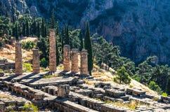 Στήλες αρχαίου Έλληνα που αντιμετωπίζονται από την κορυφή στην αρχαιολογική περιοχή Ελλάδα των Δελφών στοκ φωτογραφία με δικαίωμα ελεύθερης χρήσης