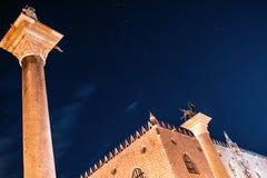 Στήλες του σημαδιού και του ST Theodore του ST, κάτω από τα αστέρια Στοκ φωτογραφία με δικαίωμα ελεύθερης χρήσης