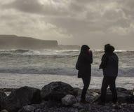 Στήριγμα ζεύγους ενάντια στο αεράκι της Ατλάντας Στοκ εικόνα με δικαίωμα ελεύθερης χρήσης