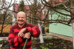 Στήριξη κηπουρών, που κλίνει στη λαβή ενός φτυαριού Στοκ φωτογραφίες με δικαίωμα ελεύθερης χρήσης