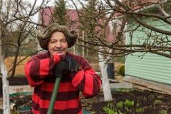 Στήριξη κηπουρών, που κλίνει στη λαβή ενός φτυαριού Στοκ φωτογραφία με δικαίωμα ελεύθερης χρήσης