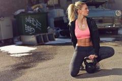 Στήριξη μετά από μια κούραση Kettlebell Workout στοκ φωτογραφίες με δικαίωμα ελεύθερης χρήσης