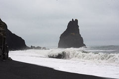 Στήλες βασαλτών στη μαύρη παραλία στοκ εικόνες με δικαίωμα ελεύθερης χρήσης