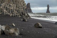 Στήλες βράχου βασαλτών στην ηφαιστειακή μαύρη παραλία σε Vik, Iceand Στοκ Εικόνες