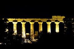 Στήλες ενός ναού κατά τη διάρκεια της νύχτας Στοκ εικόνα με δικαίωμα ελεύθερης χρήσης