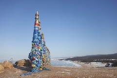 Στήλες με τις ζωηρόχρωμες κορδέλλες στο ακρωτήριο Burhan Λίμνη Baikal landsc Στοκ Εικόνες