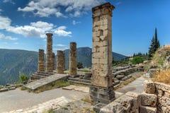 Στήλες στο ναό απόλλωνα και την αρχαιολογική περιοχή αρχαίου Έλληνα πανοράματος των Δελφών, Ελλάδα Στοκ Φωτογραφία